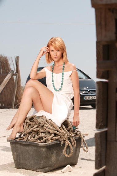 Adela Popescu in picioarele goale