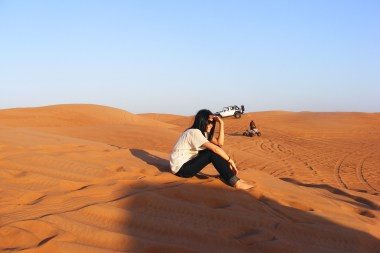 Corina Caragea desculta in desert