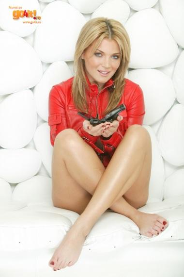 Gina Pistol desculta