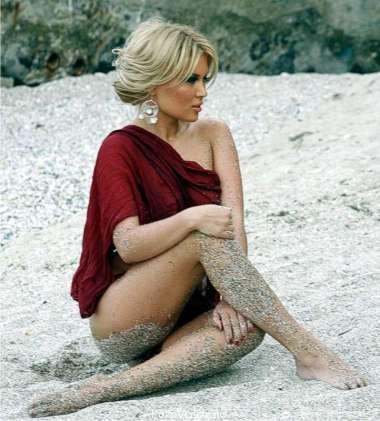Gina Pistol desculta in nisip