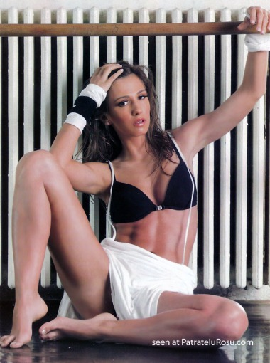 Dana Rogoz in picioarele goale