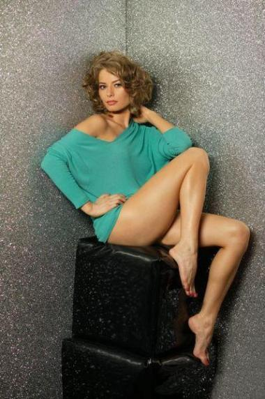 Laura Cosoi in picioarele goale