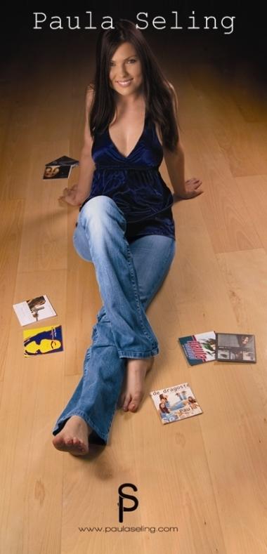 Paula Seling in picioarele goale