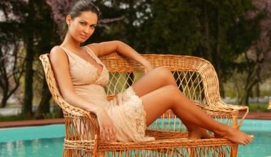 Nicoleta Luciu in picioarele goale