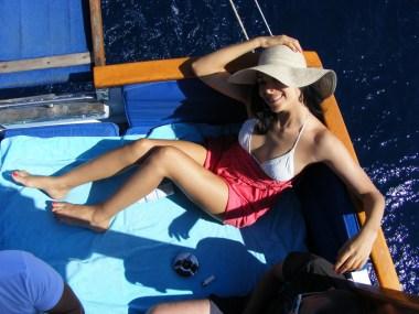 Corina Caragea in picioarele goale